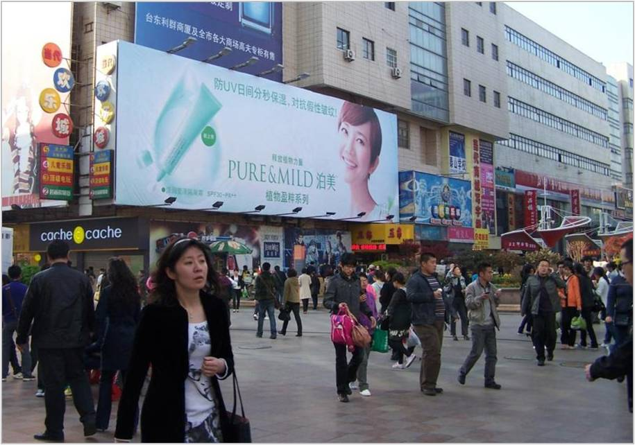 青岛当代商城墙体广告